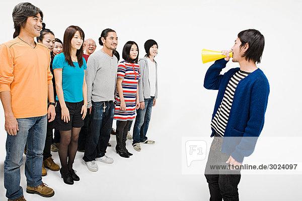 Menschenmenge und Mann mit Lautsprecher