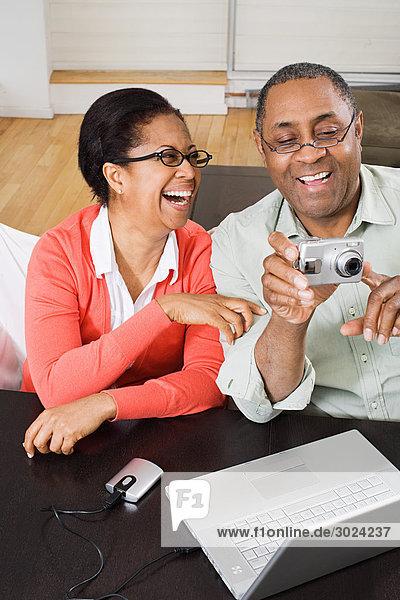 Erwachsenes Paar mit Digitalkamera