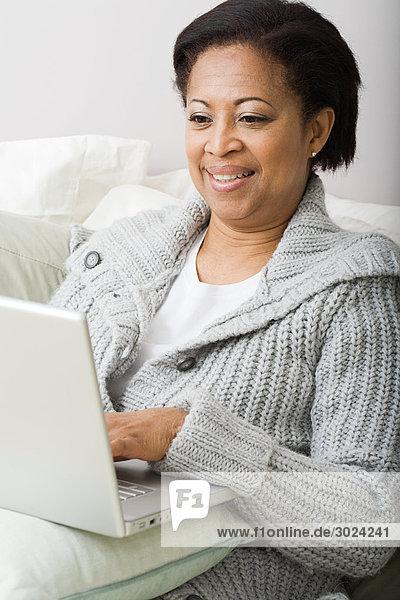 Reife Frau mit Laptop