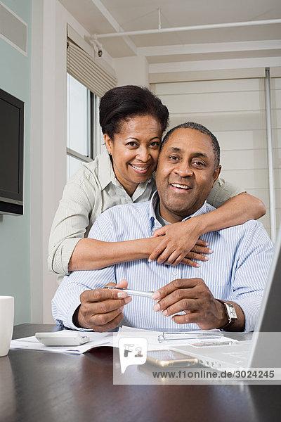 Pärchen bei der Hausfinanzierung