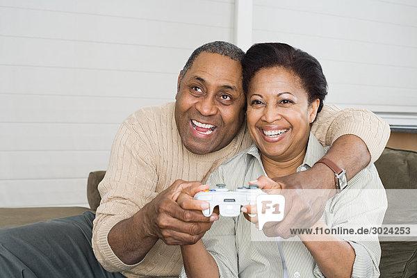 Reife Paare beim Videospiel