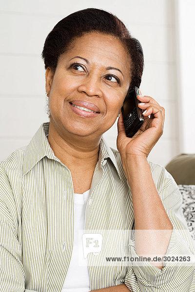 Reife Frau auf dem Handy
