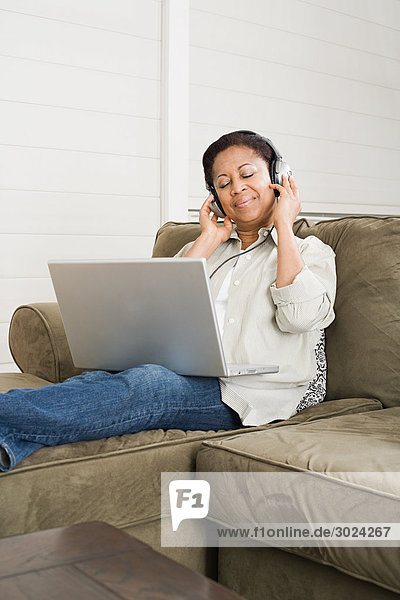 Reife Frau beim Musikhören