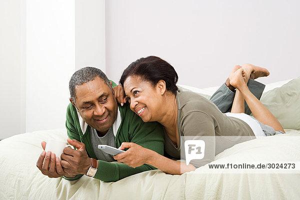 Paar beim Fernsehen im Bett