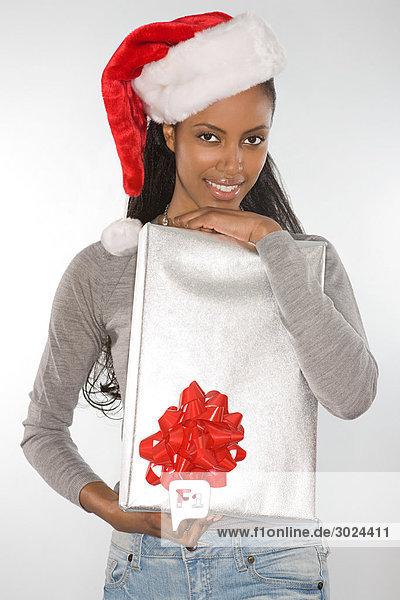 Junge Frau mit Weihnachtsgeschenk