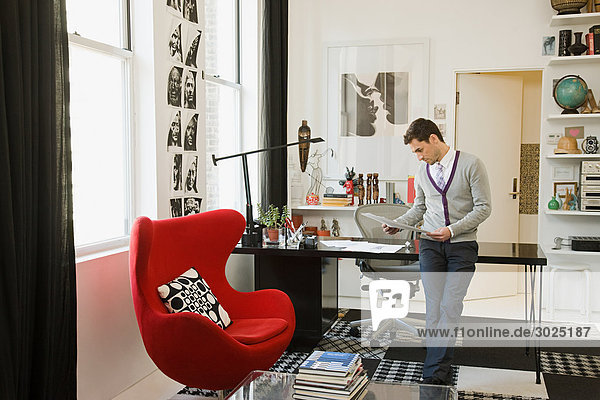 Modedesignerin im Büro