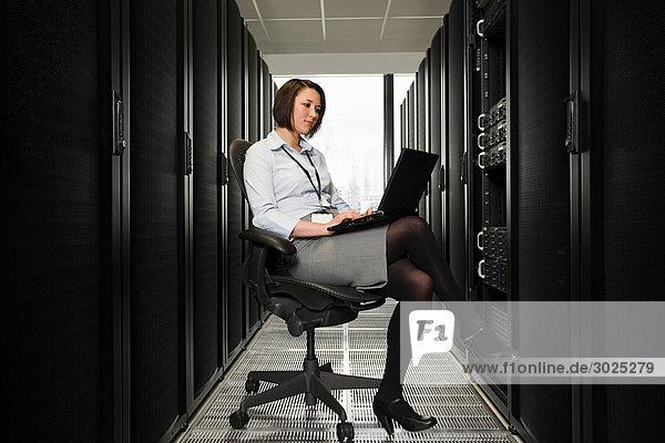 Computerfachfrau  die auf einem Server arbeitet
