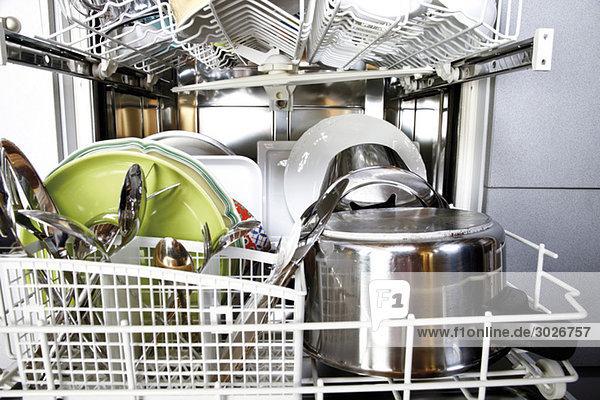 Gereinigtes Geschirr in offener Spülmaschine  Nahaufnahme