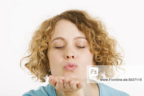 Junge Frau beim Küssen  Augen zu  Portrait