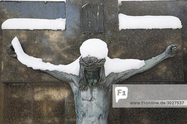 Deutschland    Schneebedecktes Kruzifix auf Grab  Nahaufnahme