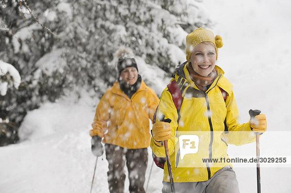 Italien  Südtirol  Zwei Frauen  Langlaufen