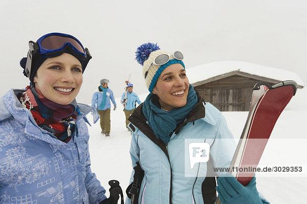 Italien  Südtirol  Jugendliche in Winterkleidung