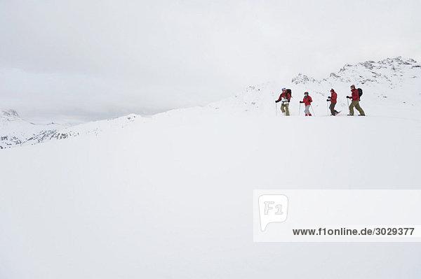 Italien  Südtirol  Vier Personen Schneeschuhwandern
