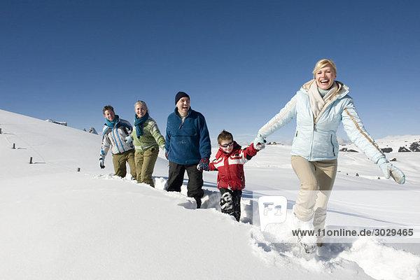Italien  Südtirol  Seiseralm  Familienwandern im Schnee