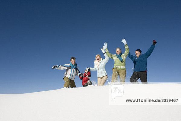 Italien  Südtirol  Seiseralm  Familienwandern im Schnee  Jubeln