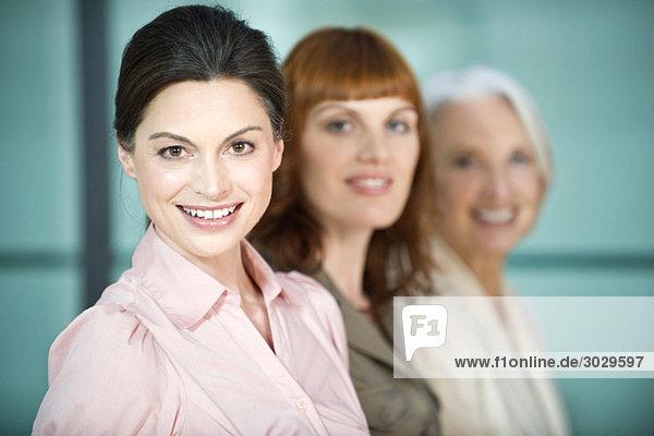 Drei Geschäftsfrauen lächelnd  Portrait