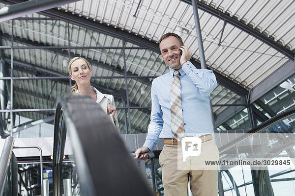 Geschäftsmann und Geschäftsfrau  Mann mit Handy