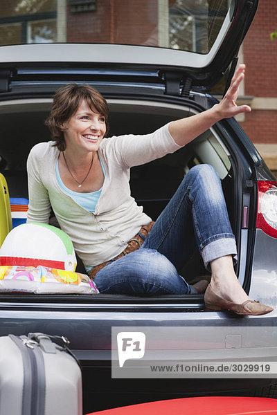 Frau sitzt hinten im Auto  Porträt