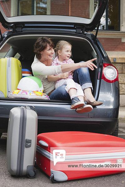 Deutschland  Leipzig  Mutter und Tochter (4-5) im Auto sitzend  lächelnd  Porträt