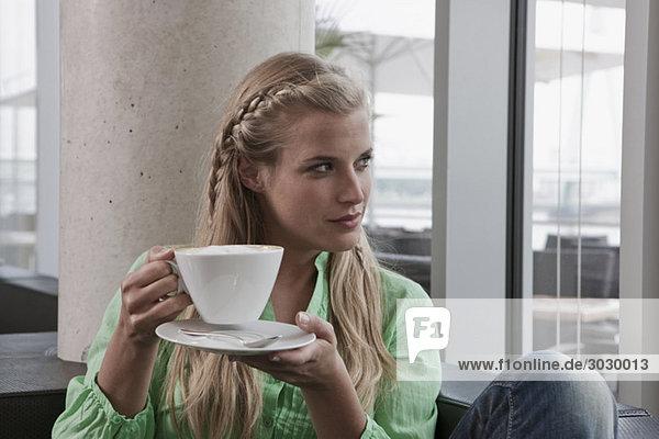 Junge Frau im Café mit einer Tasse Kaffee  Portrait