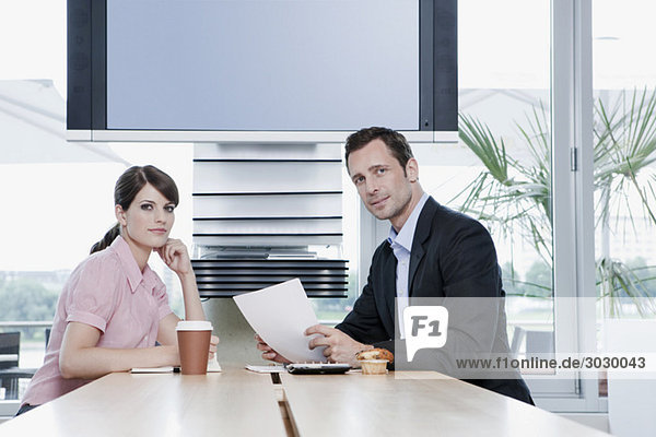 Deutschland  Köln  Geschäftsleute sitzen im Cafe