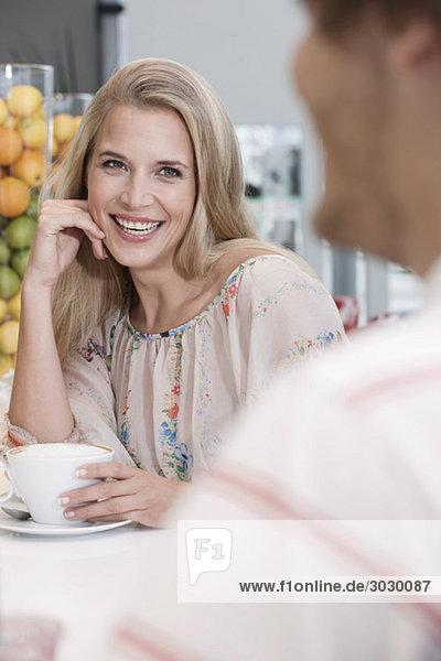 Deutschland  Köln  Paar im Café  lächelnd  Porträt