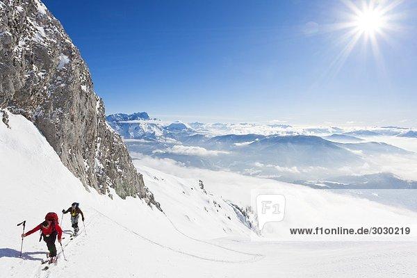 Zwei Männer bei einer Skitour in den Bergen  Salzburg  Österreich  Erhöhte Ansicht