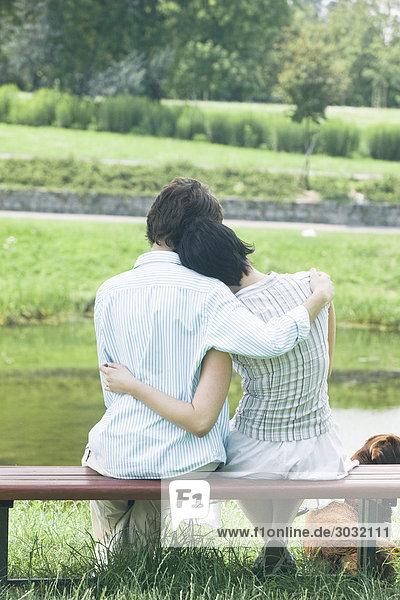 paar umarmt im park