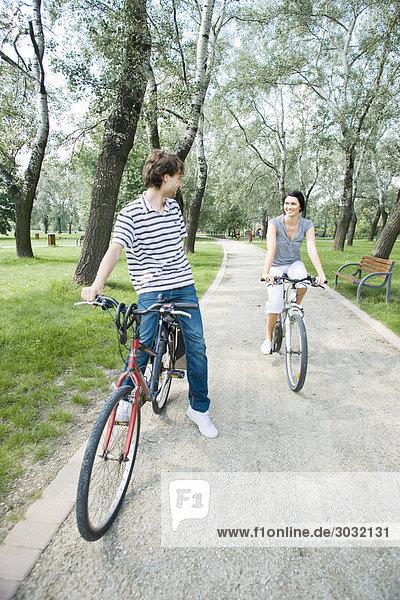 Paar auf Bike Trip im park