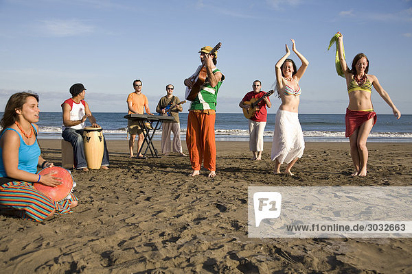 Spain  Canary Islands  Gran Canaria  Young people celebrating on beach