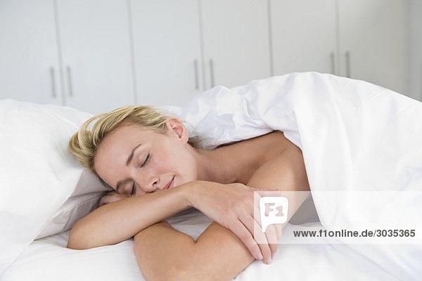 Nahaufnahme einer auf dem Bett schlafenden Frau