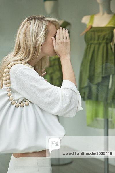 Frau Schaufensterbummel in einer Boutique Frau Schaufensterbummel in einer Boutique