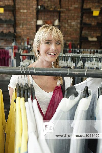 Frau  die Kleider in einer Boutique auswählt