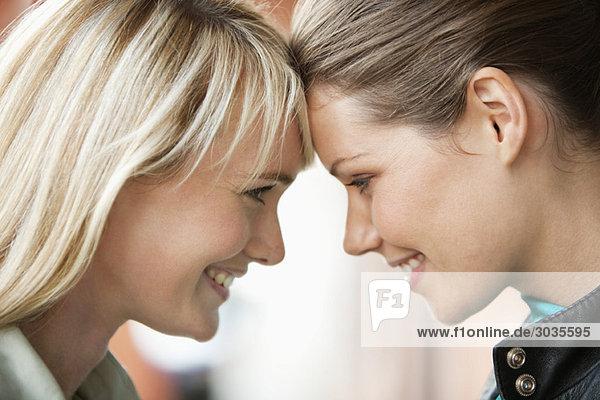 Nahaufnahme von zwei lächelnden Frauen