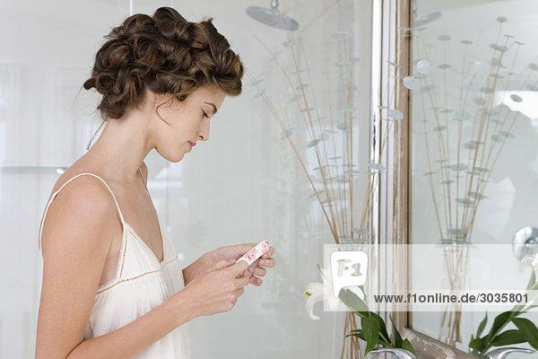Frau mit Kontaktlinse im Bad