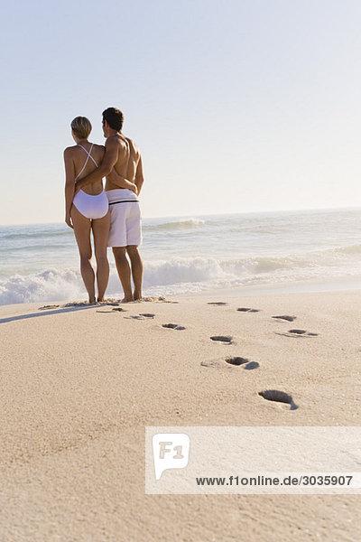 Paar am Strand stehend