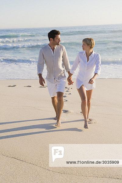 Paar Spaziergänge am Strand