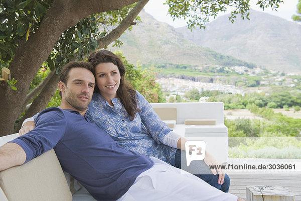 Paar auf einer Couch sitzend