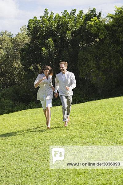 Paar läuft auf Rasen