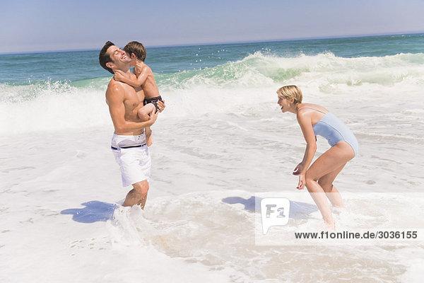Familienspiel am Strand