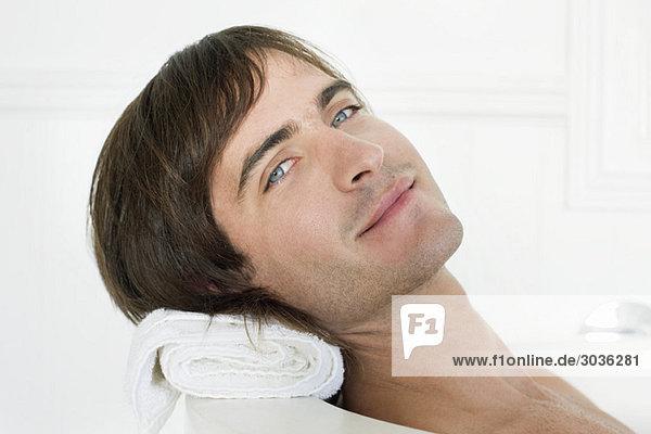 Porträt eines Mannes in der Badewanne
