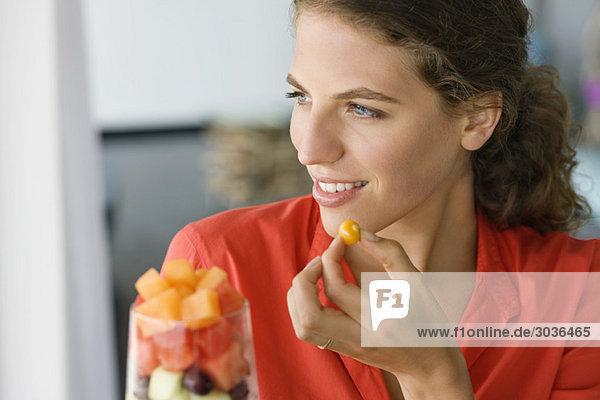 Nahaufnahme einer Frau beim Obstsalatessen