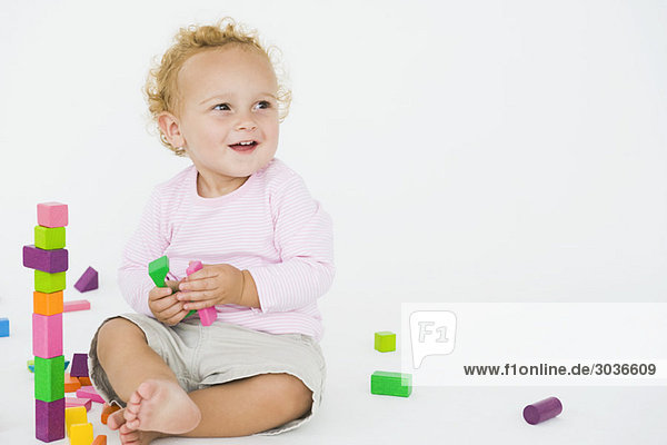 Kleiner Junge spielt mit Blöcken