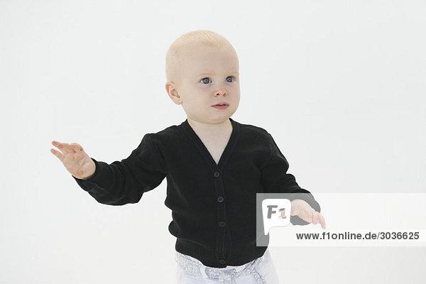 Nahaufnahme eines kleinen Jungen mit Gestik