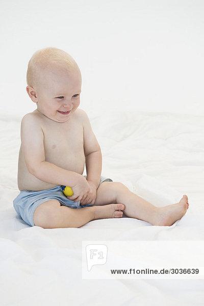 Kleiner Junge spielt mit einem Ball