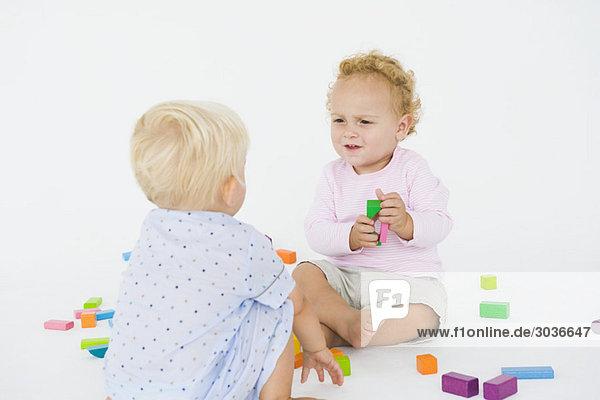 Zwei kleine Jungen spielen mit Blöcken