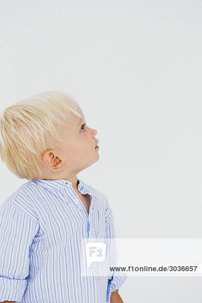 Kleiner Junge  der nach oben schaut