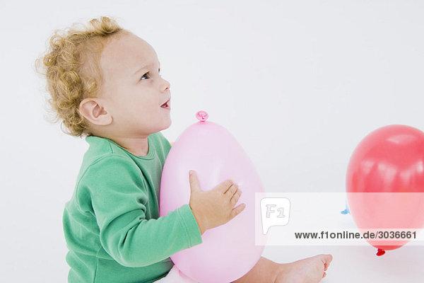 Kleiner Junge spielt mit einem Ballon