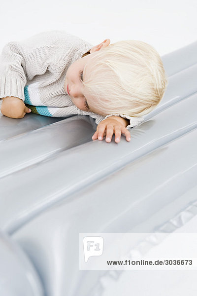 Junge auf Luftmatratze liegend