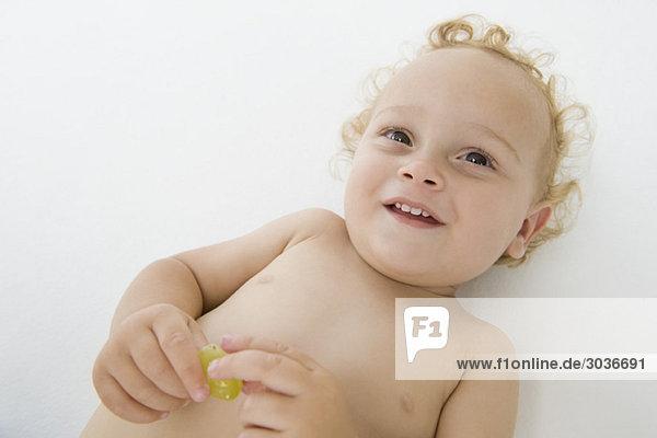 Hochwinkelansicht eines lächelnden Jungen